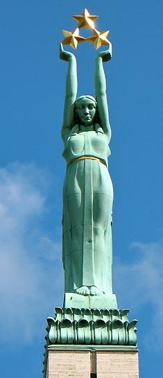 """Летонски споменик слободе у Риги, чији симболички елементи су послужили анонимном хералду """"европске регије"""" да их пришије на """"заставу АПВ"""""""