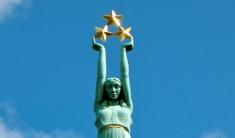 """Споменик слободе у Риги (Летонија) са којег су """"фенси паори"""" Војводине дрпили симболе и представили их као """"аутентично војвођанску"""" светињу."""